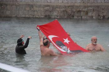 Soğuğa aldırış etmeden yüzdüler