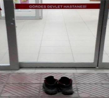 Hastaneyi kirletmemek için ayakkabılarını çıkardı