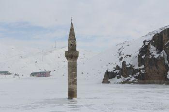 Buzlar arasından yükselen minare