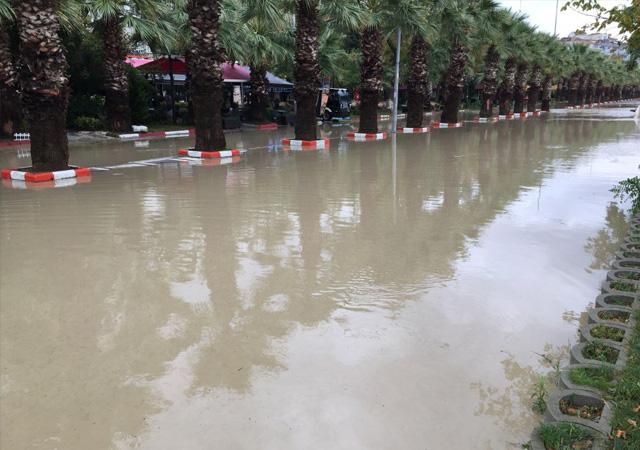 Meteroloji'den İstanbul'a yağmur uyarısı Silivri'yi sel aldı