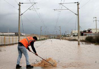 Yağış nedeniyle İZBAN yolda kaldı