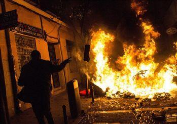 Afrikalı seyyar satıcı polisten kaçarken öldü, Madrid savaş alanına döndü