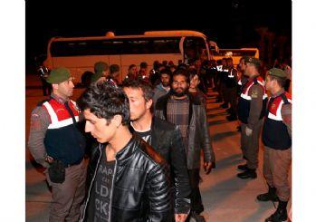 İzmir'de 324 göçmen sınır dışı edildi
