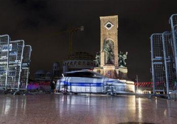 Bariyerlerle kapatılan Taksim Meydanı çevresinde helikopter destekli polis denetimi