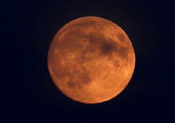Yüzyılın en büyük 'Kanlı' Ay tutulması başladı