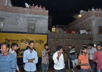 Hindistan'da tren halkı ezdi: En az 50 ölü