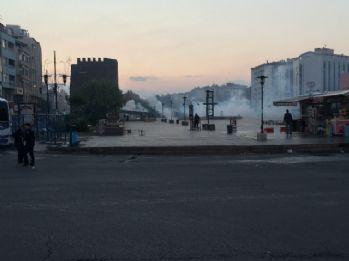 DBP'nin çağrısıyla toplanan grup, polise taşlarla saldırdı
