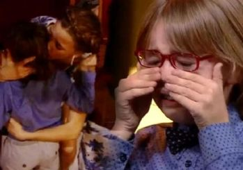 Minik oyuncu sahnede gözyaşlarına boğuldu