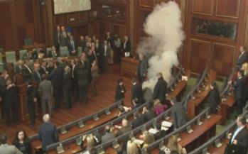 Kosova Meclisi'nde bir gazlı eylem daha !