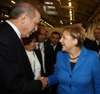 Merkel ile ayak üstü sohbet etti