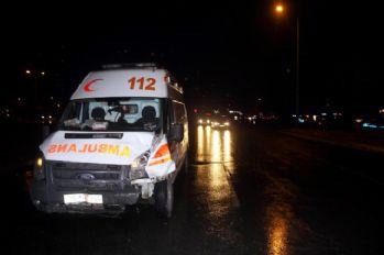 Ambulansa minibüs çarptı: 5 yaralı