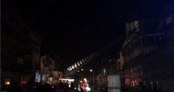 3 tabakhanenin çatısı alev alev yandı