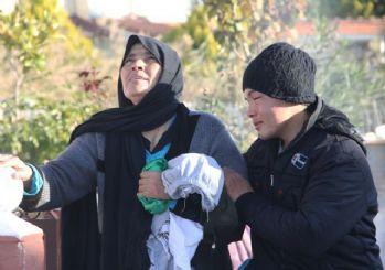 Kurtulan anne,kızının naaşıyla 5 km yürüdü!