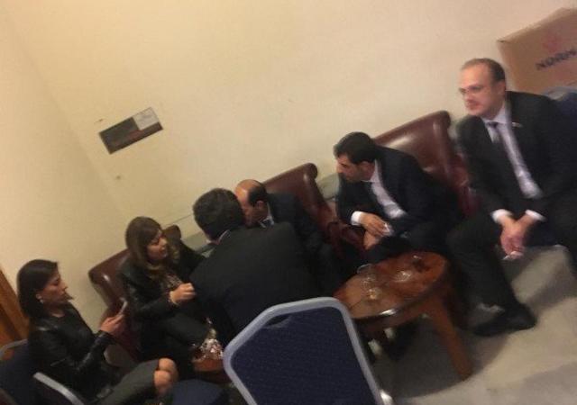 Meclis'te yasak alanda sigara içen milletvekilleri