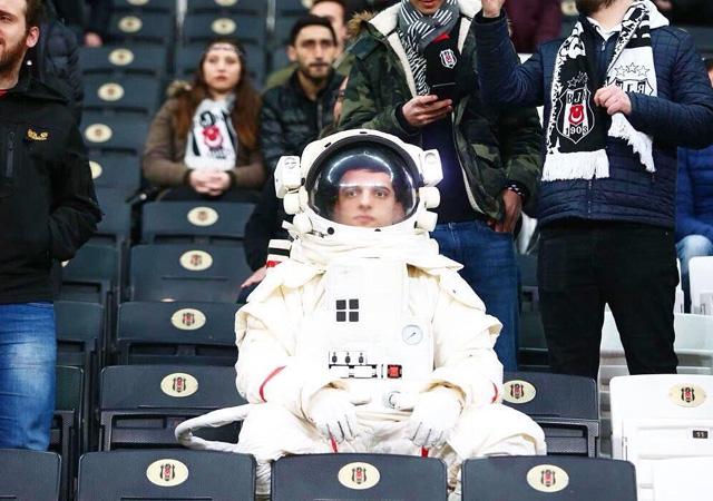 Yeşilaycı 'astronot' Beşiktaş - Bursaspor maçındaydı