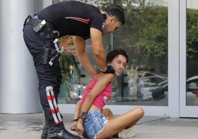 Polise küfür eden genç kız hırsızlıktan tutuklandı!