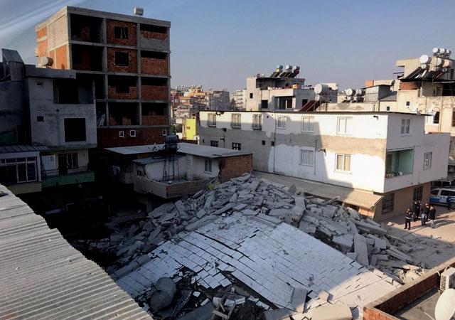 Kolonlardan ses gelmesi üzerine boşaltılan bina çöktü!