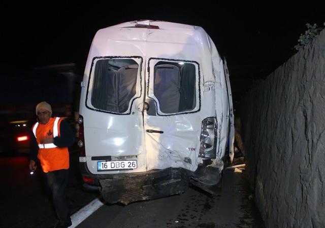 Bursaspor taraftarlarını taşıyan minibüs tırla çarpıştı: 10 yaralı
