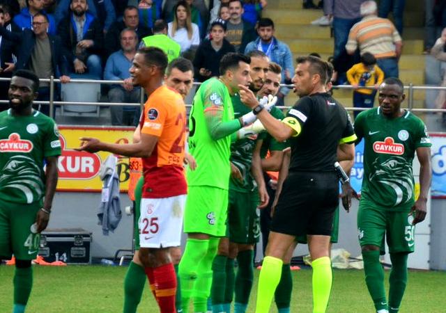 Galatasaray maçının hakemine tepki yağıyor