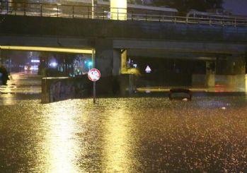 İzmir'de sağanak sele neden oldu