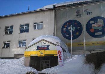 Binanın çatısındaki kar düştü! 6 kişi yaralandı
