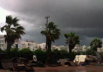 Antalya'da korkutan fırtına ve hortum! Okullar tatil edildi