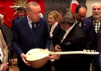 Yavuz Bingöl Erdoğan'a bağlama hediye etti!