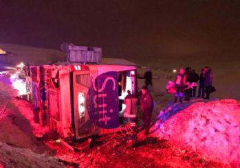 Bayburt'ta yolcu otobüsü devrildi: 2 ölü 22 yaralı