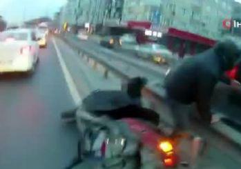 Motosiklet sürücüsü ile otomobil sürücüsü kapıştı