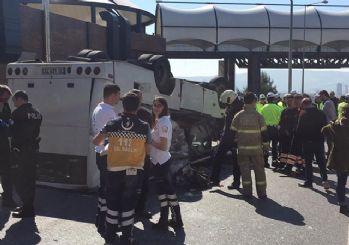 İzmir'de öğrencileri taşıyan servis devrildi: 20 yaralı 5'i ağır