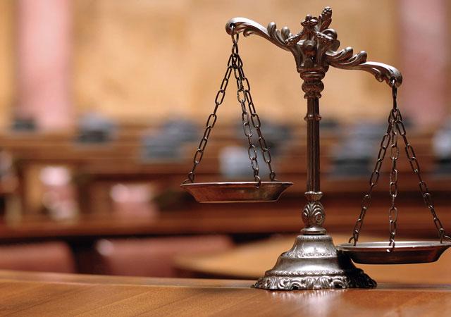 Avukatla hakim arasında 'etek boyu' tartışması!