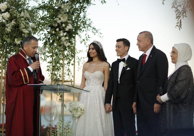 Cumhurbaşkanı Erdoğan, Mesut Özil'in nikah şahitliğini yaptı