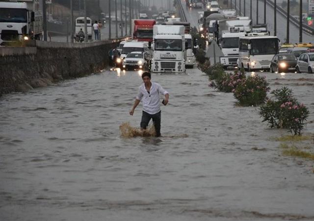 İzmir Ankara yolu ulaşıma kapandı