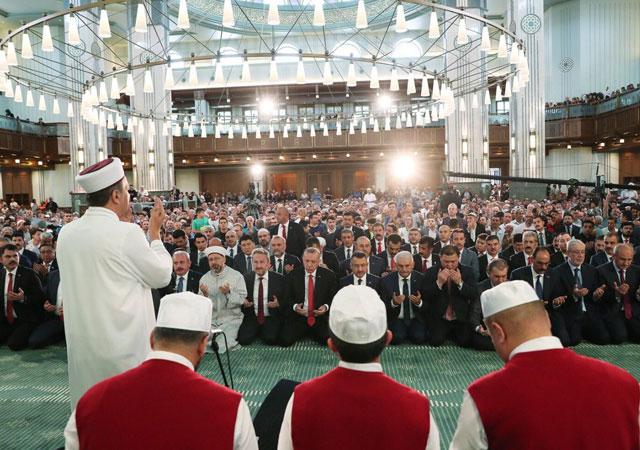 Erdoğan, Kur'an-ı Kerim okudu!