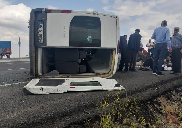 Şiddetli rüzgar diyaliz hastalarının minibüsünü devirdi: 8 yaralı
