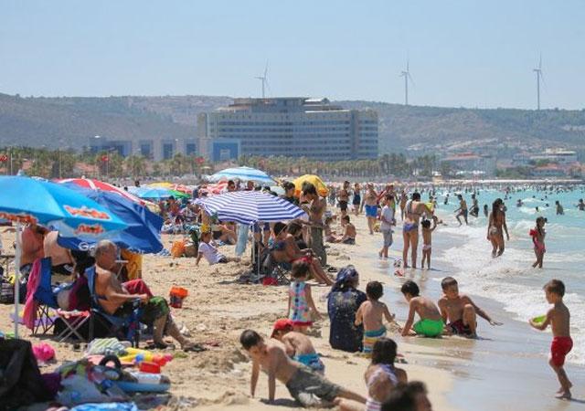 İzmir plajında bayram yoğunluğu