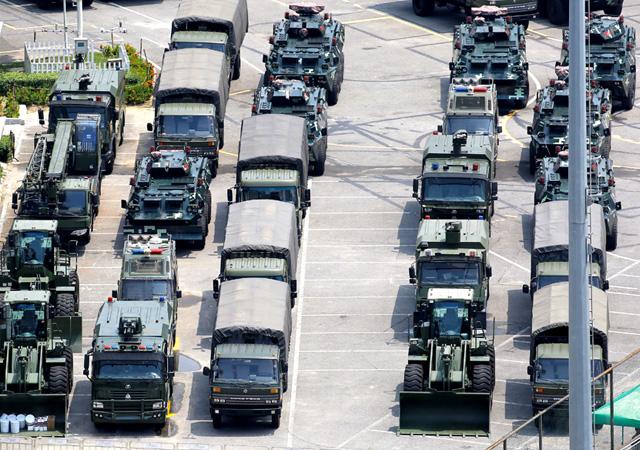 Çin tankları sokağa indi! Hong Kong'a gözdağı