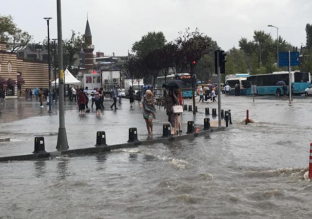 İstanbul yağışa teslim: Yolları su bastı, vapur ve tramvay seferleri durdu