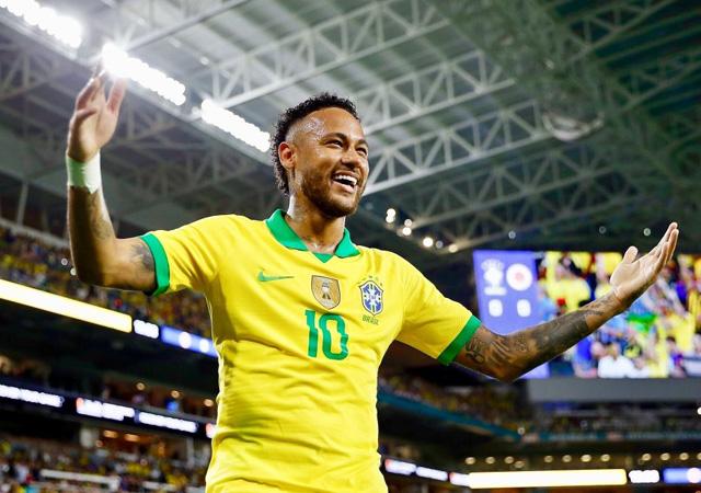 Neymar reklam panosuna kafasını çarptı