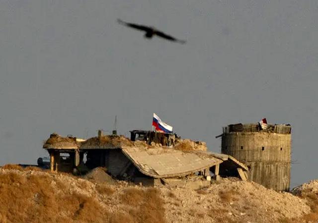 Sınırda dikkat çeken görüntü! YPG, Rusya bayrağı astı
