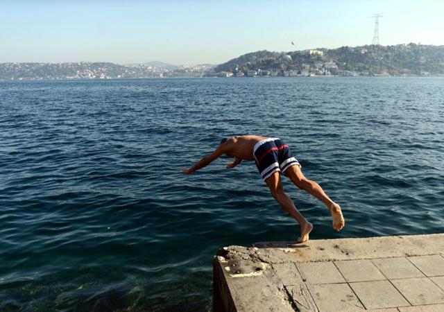 İstanbul'da serinlemek isteyenler denize girdi