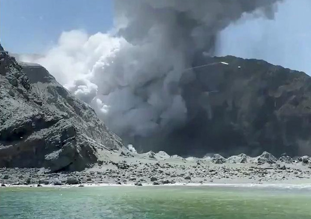 Yeni Zelanda'da yanardağ patladı: Bir ölü çok sayıda kayıp var
