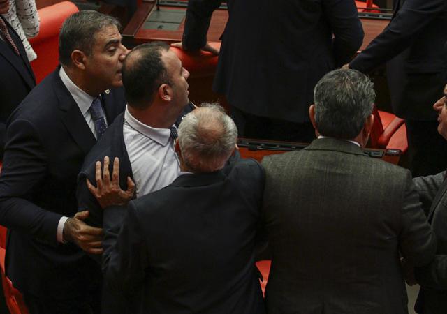 Meclis'te AK Parti ve CHP'li vekiller arasında kavga : Gel buradan bağır gel
