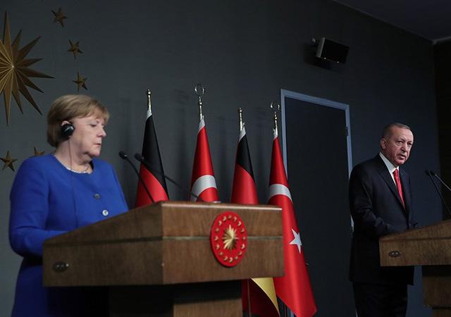 Merkel'e Türkiye'ye mülteci desteği soruldu