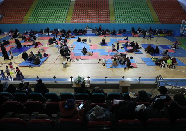Elazığ'da depremzedeler, geceyi spor salonunda geçiriyor