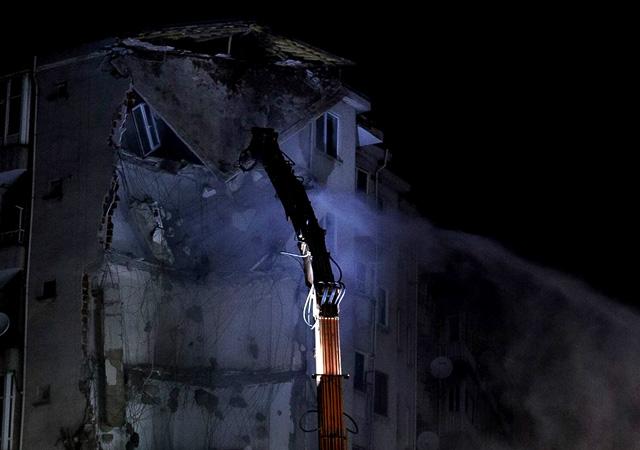 Elazığ'da çökme riski olan bina yıkılıyor