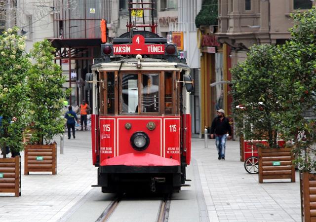 Taksim'de nostaljik tramvay seferleri başladı
