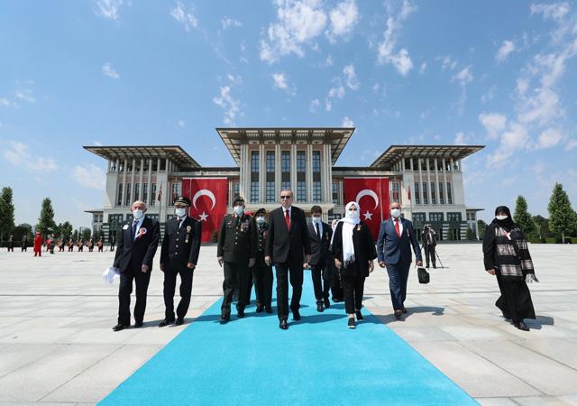 Erdoğan, 15 Temmuz Anıtı'na çiçek bıraktı