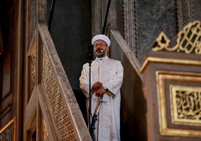 Ali Erbaş kılıcı çok sevdi! Bayram namazında da minbere kılıçla çıktı