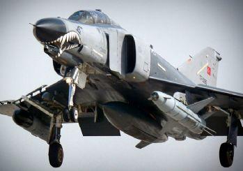 F-4 savaş uçağı arızalandı! Pilotlar atlayarak kurtuldu
